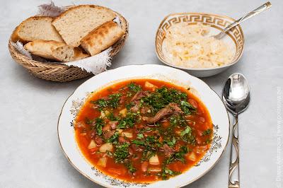 фасолевый суп с квашенной капустой и хлебом
