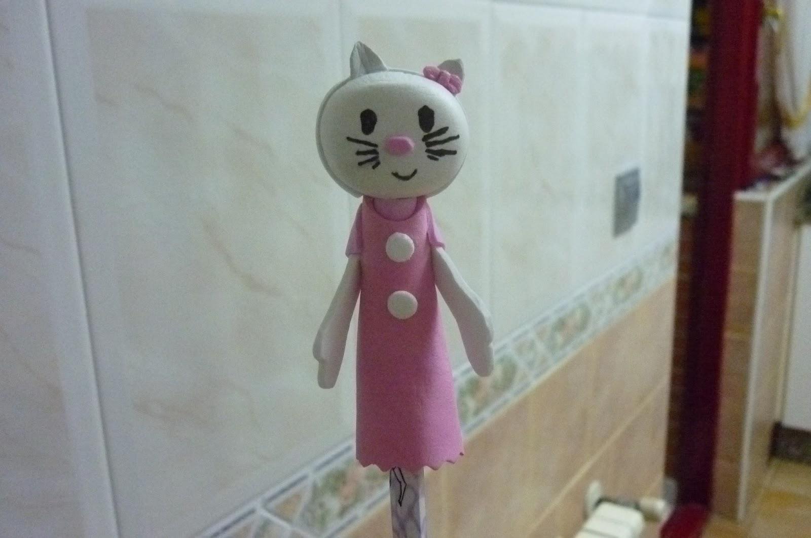 estas muñecas se llaman fofuchas y estan hechas con goma eva