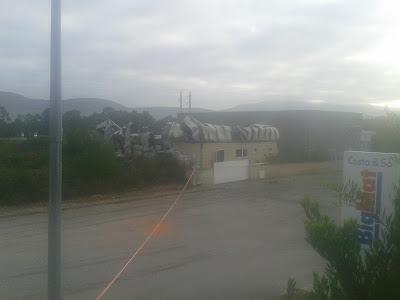 Fotografia do armazem que ardeu na zona industrial de vila praia de ancora.