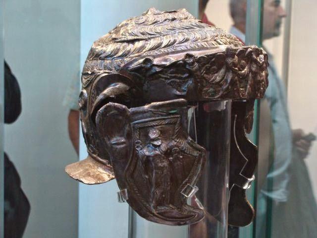 Μια άποψη της δεξιάς πλευράς του κράνους του αρχαίου Θρακικού αριστοκράτης βρήκε στο Θρακικό τύμβο ταφής (τύμβος) Παμούκ Μογκίλα σε Brestovitsa της Βουλγαρίας το 2013. Φωτογραφία: Plovdiv24