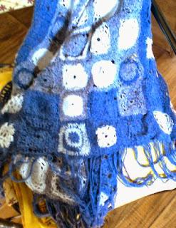 Chal tejido con cuadraditos al crochet en tonos de azul