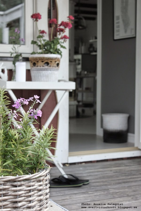 brickbord på altanen, blommor altan, altanen 2014, vitt litet bord, diy korg, korgar, loppis, inspiration, exteriör,