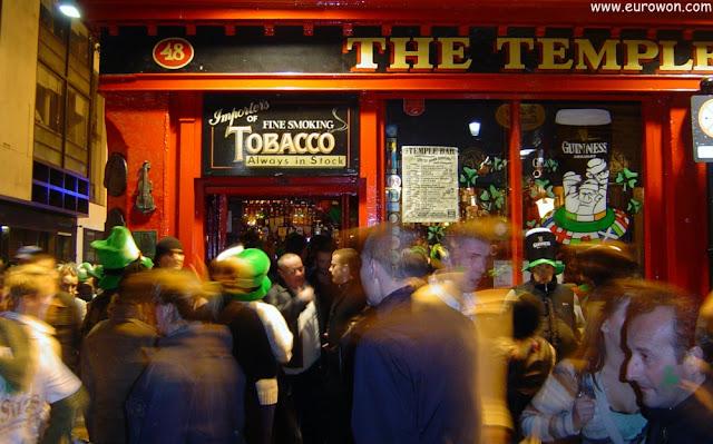 Mucha gente disfrutando de la noche en Temple Bar