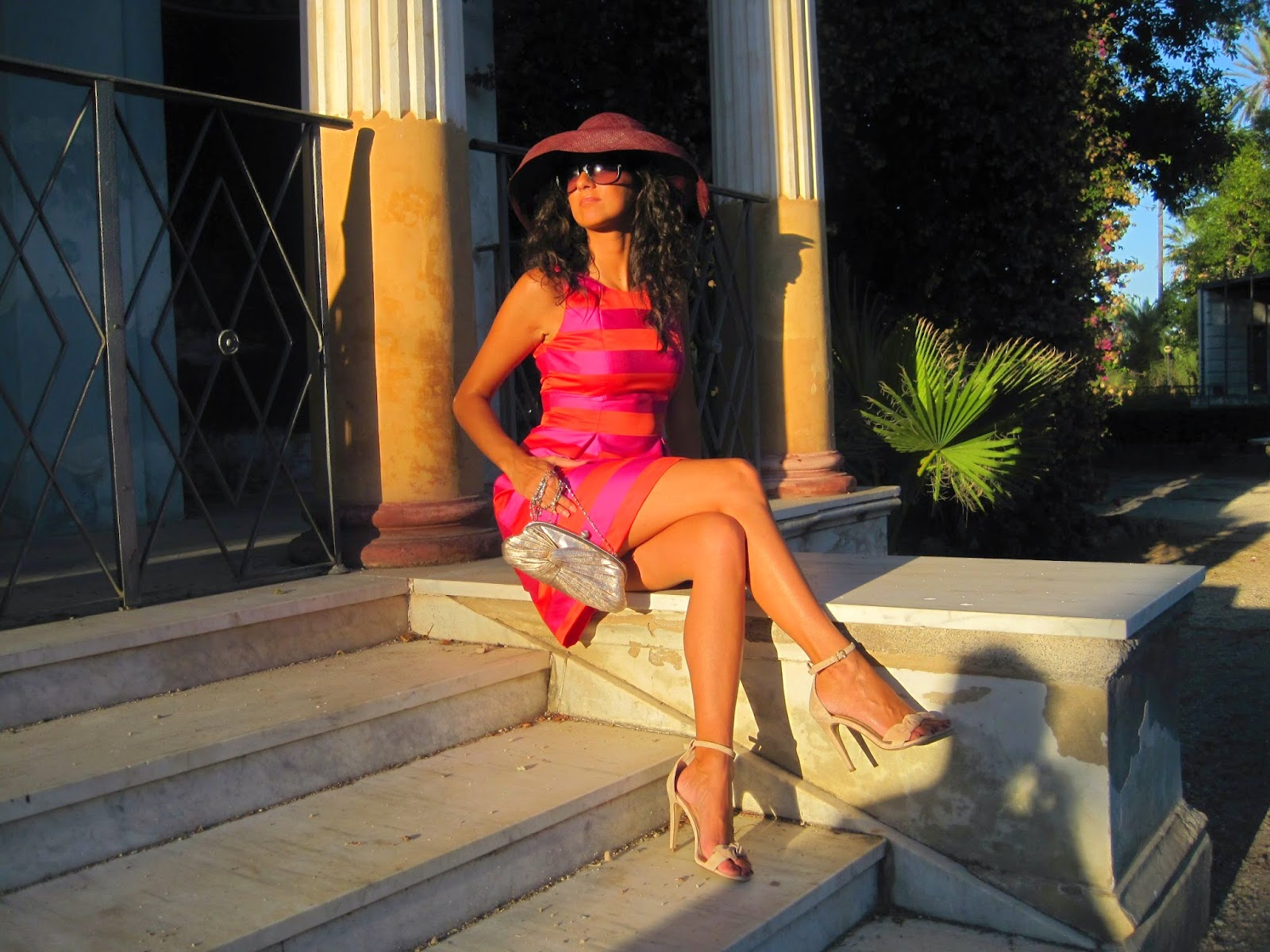 tubino-anni-50-righe-viola-rosso-Claudia-Magro-cappello- Audrey