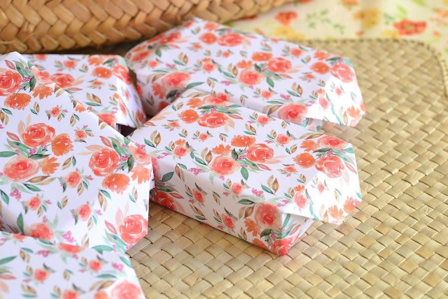 envolviendo jabones para detalles de boda papeles florales