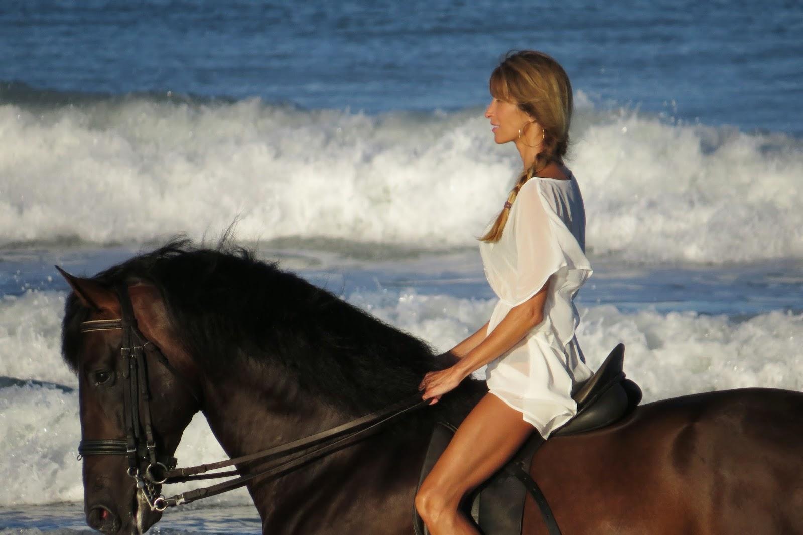 Mujer desnuda a caballo Nude Photos 7