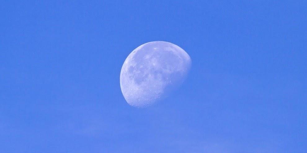 Por que podemos ver a Lua durante o dia?