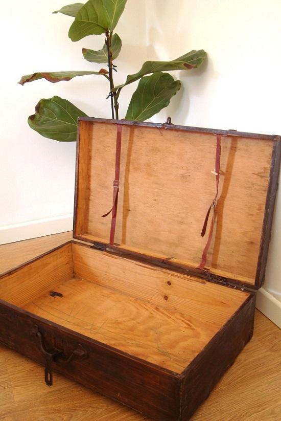 Maletas antiguas abiertas de madera y cuero para decoración