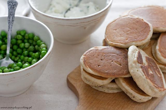 Rozmarynowe pancakes z fetą i zielonym groszkiem