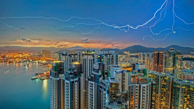 Lightning over Kowloon, Hong Kong (© Daniel Chui/Moment/Getty Images) 676