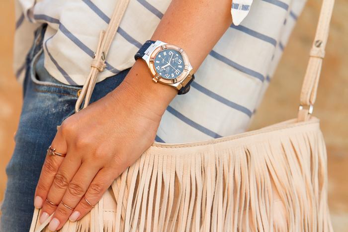 tendencias en accesorios relojes de esfera azul y tejido denim Guess