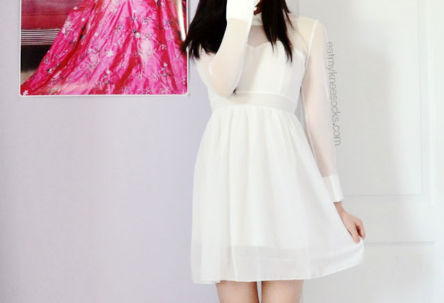 For a cute, innocent, ulzzang or dolly-esque look, try wearing simple white dresses with cute accents and embellishments.