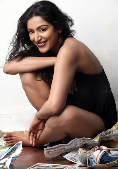 Padmapriya sexy smiling exposing her hot body