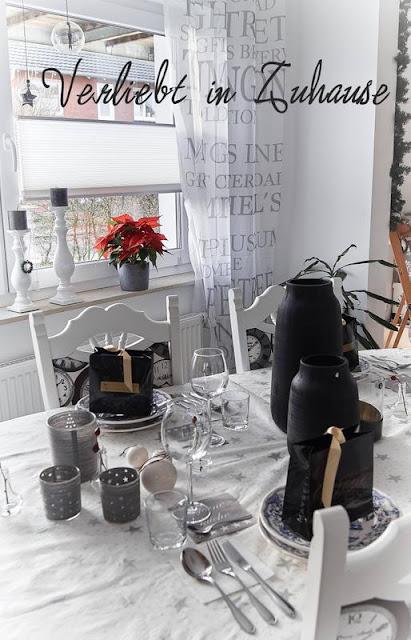Festlich gedeckter Tisch für Heiligabend