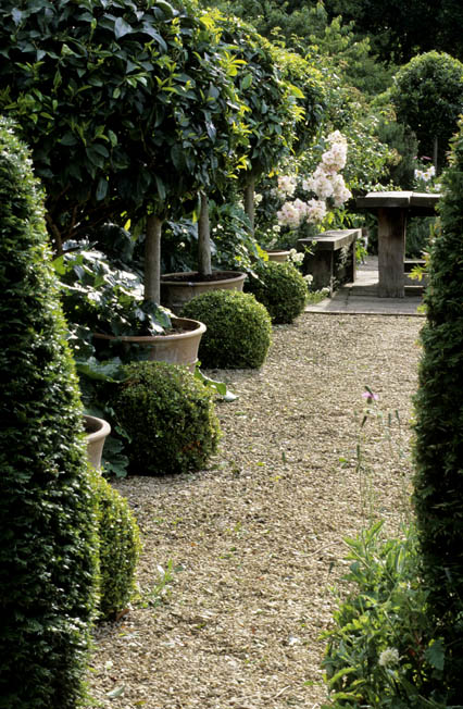 Things we love graveled courtyards design chic design chic for Better homes and gardens courtyard ideas