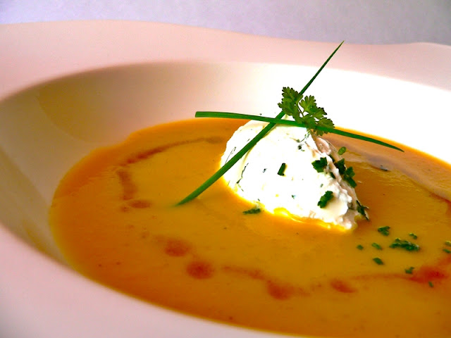Crema de Calabaza con Aceite de Curry y Mousse de Yogurt de Cabra