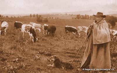 CPA Auvergne, berger et son chien.