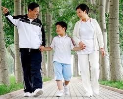 Đi bộ giảm cân cùng gia đình