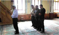"""Ma'dan b. ebî Talha el Ya'murî (r.a)'den rivâyete göre, şöyle demiştir: """"Ebûd Derda bana nerede oturuyorsun"""" diye sordu. Ben de: """"Hıms yakınlarında bir köyde"""" dedim. Bunun üzerine Ebû'd Derda şöyle dedi: Rasûlullah (s.a.v)'in şöyle buyurduğunu işittim:  """"Üç kişinin bulunduğu köy veya çölde cemaatle namaz kılınmazsa şeytan onları hâkimiyeti altına alır. Cemaatle namazı terk etmeyin çünkü sürüden ayrılanı kurt kapar."""""""