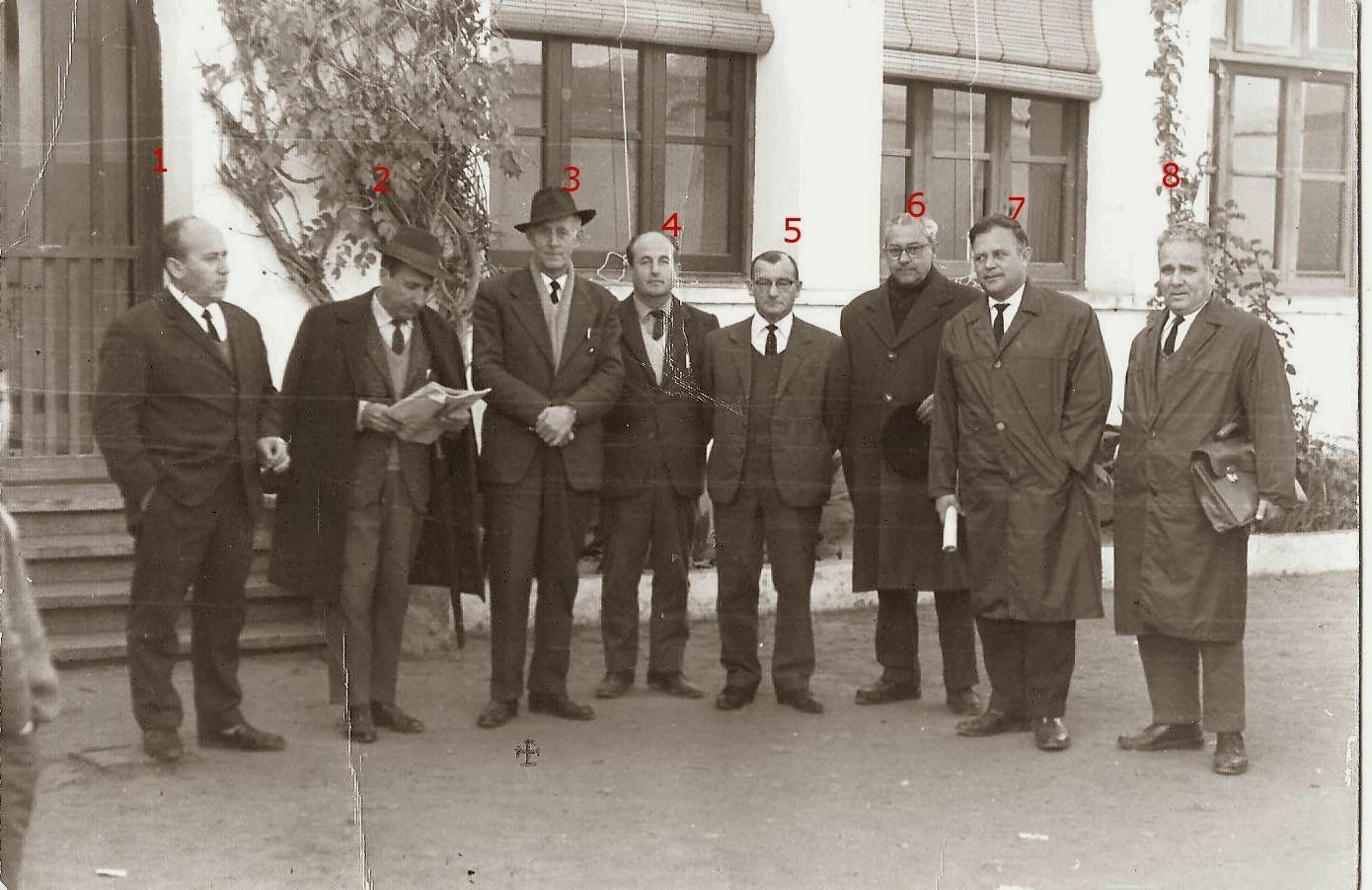 REUNIÓN MAESTROS EN LA ENTRADA CENTRO ESCOLAR AÑO 1960