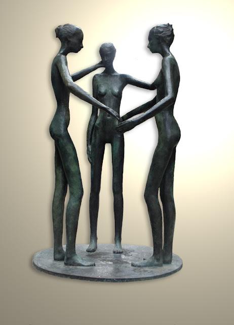 Trio de figuras femeninas desnudas cogidas de la mano