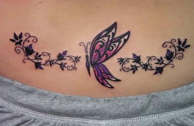 Tatuagem de borboleta feminina, barriga