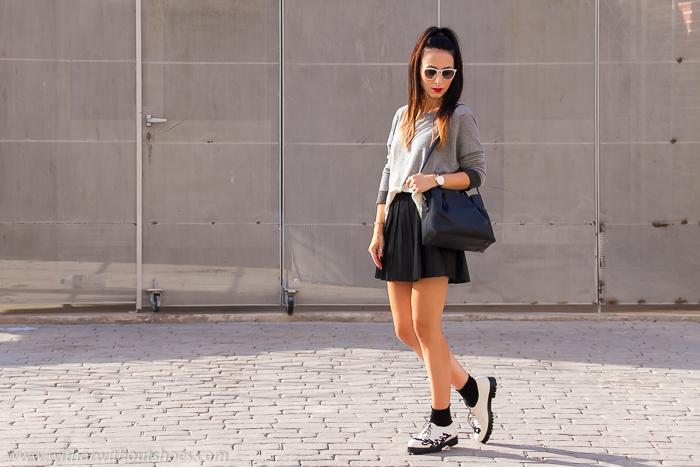 Blogger valenciana con look preppy falda corta y zapatos planos con cordones
