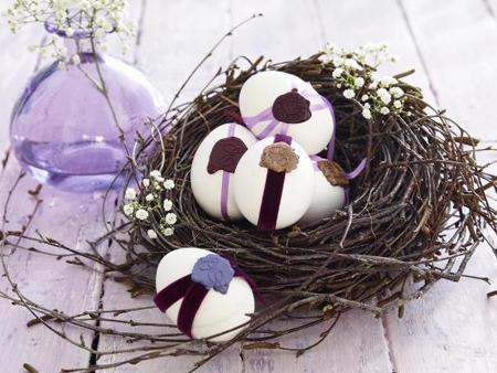 Великденска декорация в бяло и лилаво – гнездо с яйца