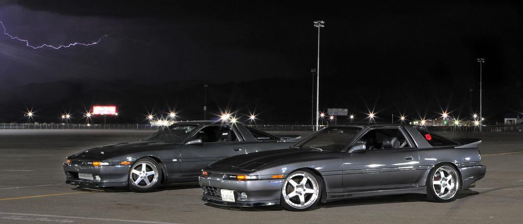 Toyota Supra MK3 A70, sportowe samochody z Japonii, ciekawe coupe, auto z napędem na tył, silnik 6-cylindrowy, zdjęcia wykonane nocą, JDM