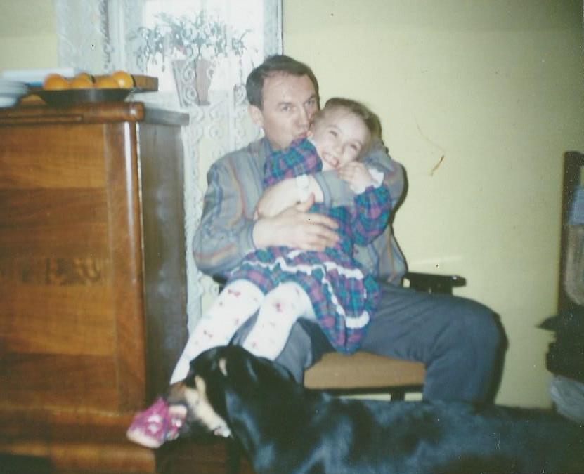 Dziewczynka na kolanach u taty z psem, radość, buziaki