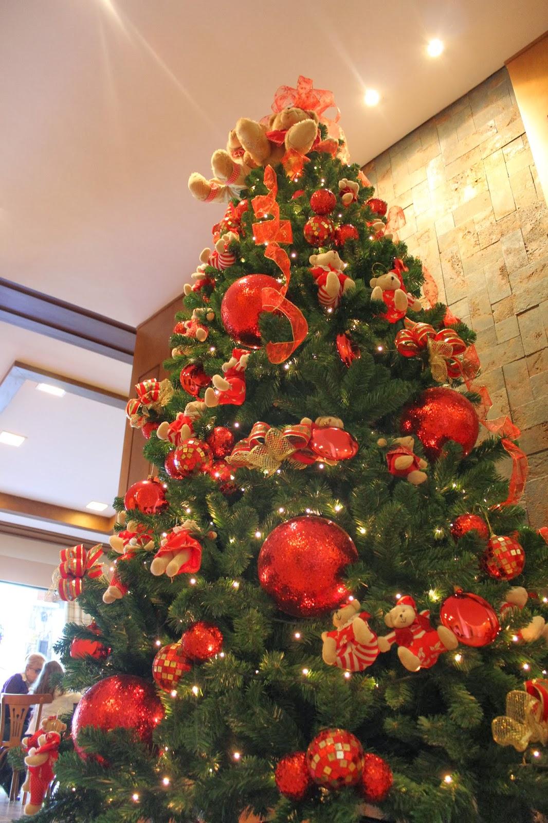 decoracao arvore de natal vermelho e dourado: Natal com decoração de bolinhas e ursinhos de pelúcia em vermelho