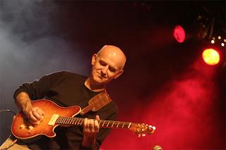 Dan ar Braz à la guitare électrique
