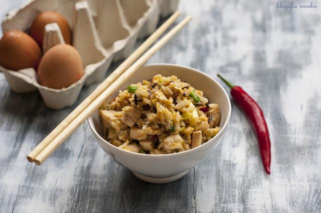 Ryż smażony z kurczakiem i jajkiem