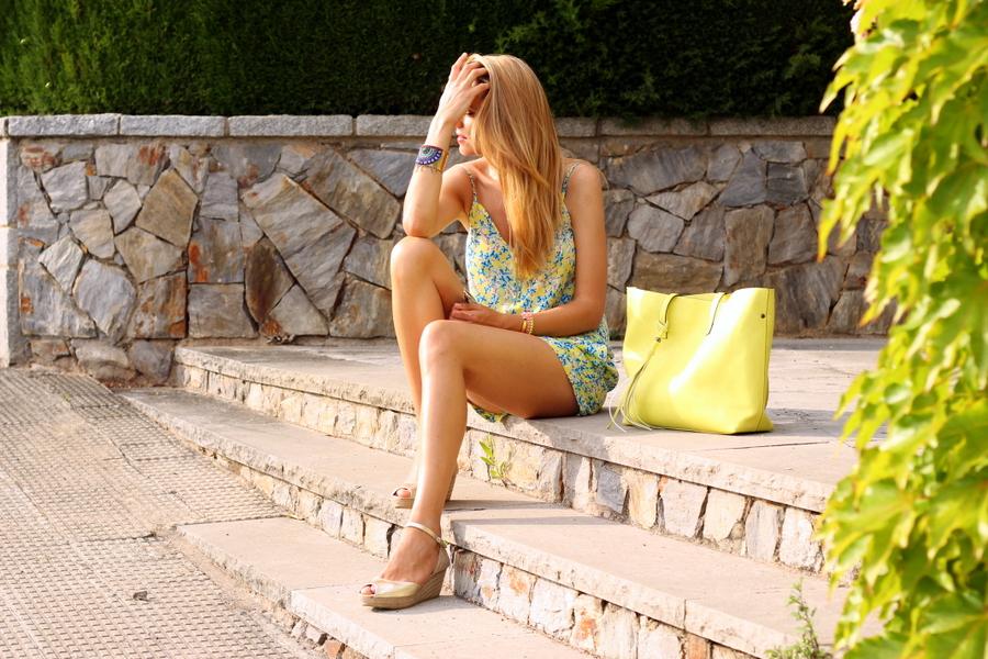 Chica rubia sentada en escaleras
