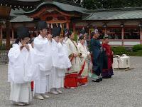 雅楽が流れるなか平安装束を身に纏い厳かに儀式