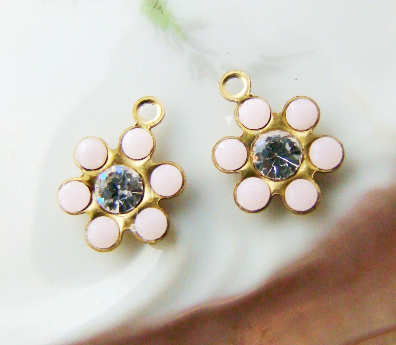http://2.bp.blogspot.com/-Ut0kk_gRu6Y/USZCRnLQlHI/AAAAAAAABSg/VAYAySA_cZg/s1600/vintage+alabaster+pink+clear+rhinestone+Swarovski+flower+drops+brass++2.jpg
