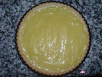 Crema de limón puesta en la base