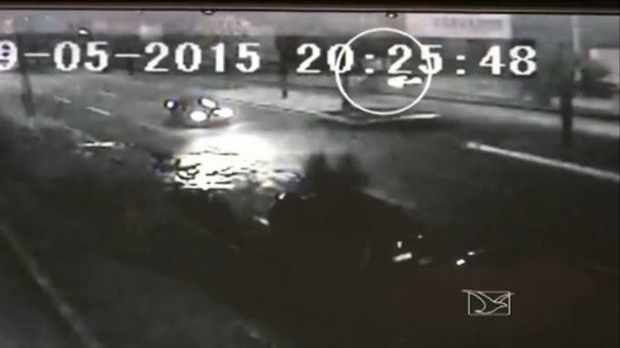 Caxias: Câmera de segurança mostra imagens da colisão de veículo com o muro!