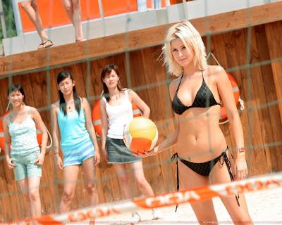 Holly Valance Hot Wallpaper in Bikini