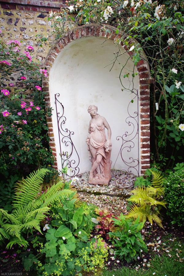 aliciasivert, Alicia Sivertsson, France, Normandy, Les Jardins d'Angelique, garden, gardens, flowers, statue, roses, rose, Frankrike, Normandie, trädgårdar, trädgård, blommor, rosor, ros, staty