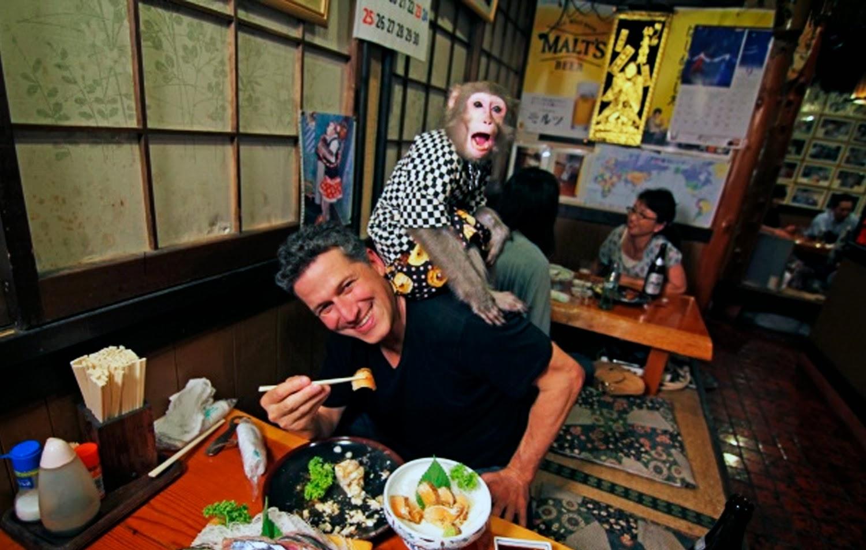 El presentador Bob Blumer con un mono encima
