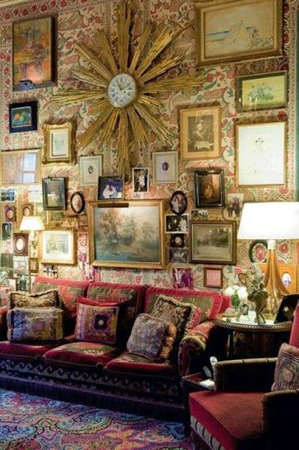 Стена из картин в гостиной
