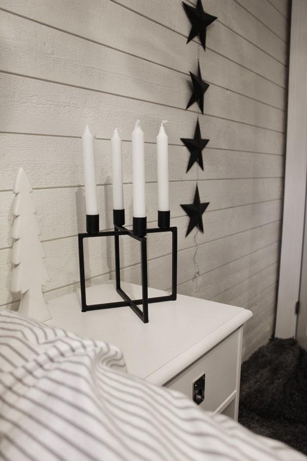 tips, inredning, netto, julgran porslin, ljusstake, kubus, look a like, inredningstips, julfint, julpynt, vitt sovrum, grå heltäckningsmatta, svarta stjärnor, vit panel, panel på väggen, liggande panel, sovrum inspiration
