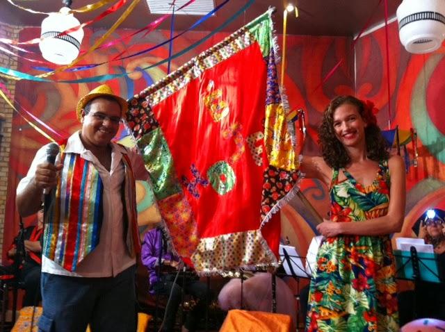 Pedro Holanda, a atriz Beatriz Blancsak e o estandarte de 'É hoje!'