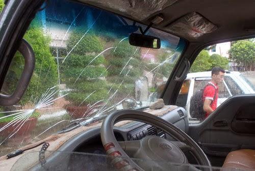 Xôn xao vụ người dân vây đốt xe cảnh sát giao thông