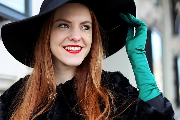 Vintage jaren '50 stijl fashion blogger outfit met smaragdgroene handschoenen en een flaphoed