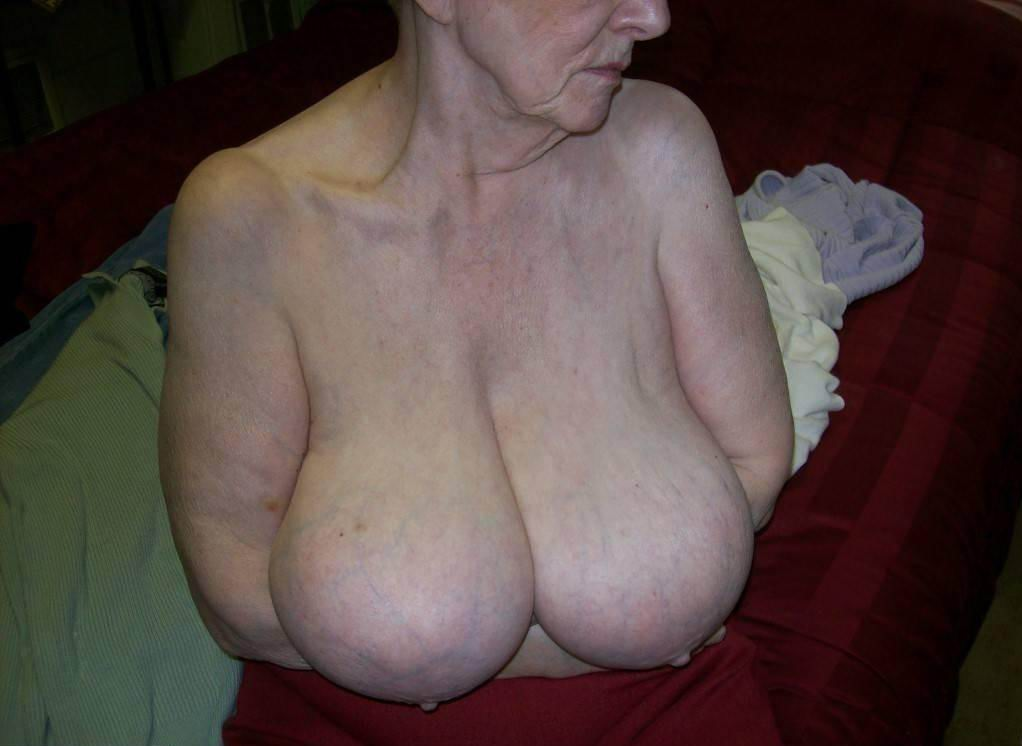 Older woman shows tits