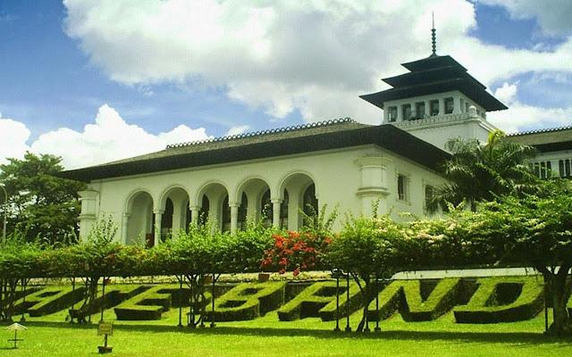 Wisata Sejarah Gedung Sate Bandung