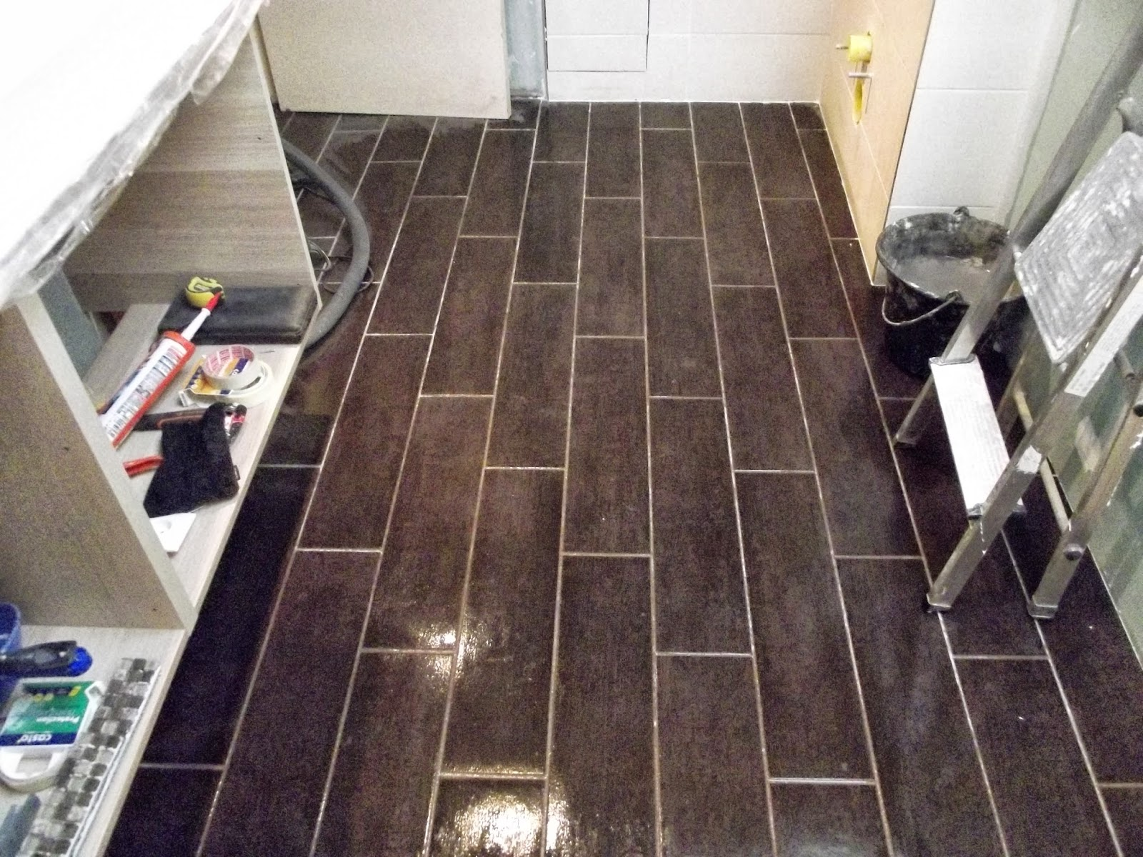 Concept carrelage cr ation salle de bains blanche et for Salle de bain blanche et marron