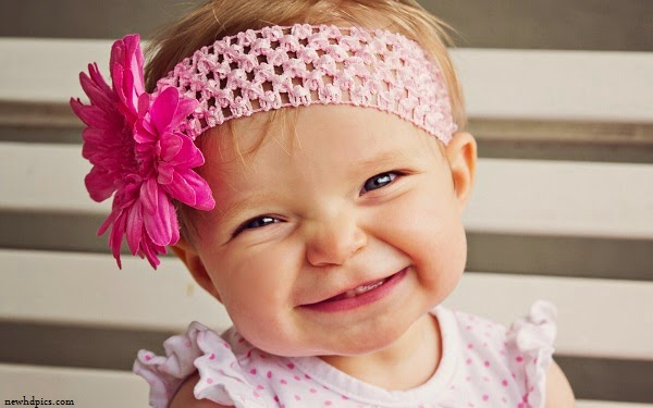 Bébé fille souriante  trop mignon fond d'écran